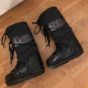 Svarta Tecnica Moon Boot Glance stl 35-38, köpta på SkiStar. Aldrig använda
