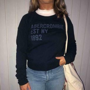 Sweatshirt från Abercrombie & Fitch. Lite sportig stil, mörk blå.