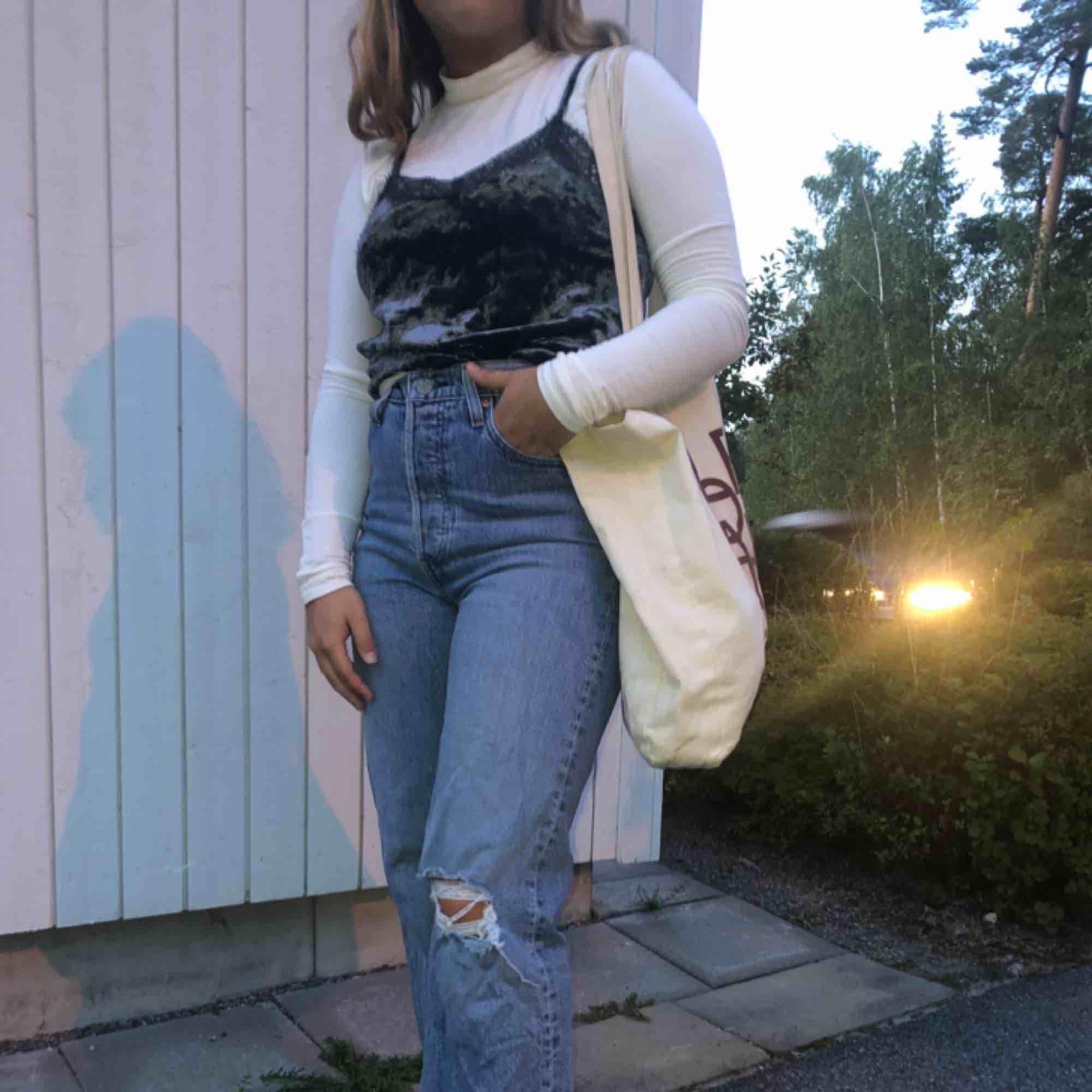 """Linne i gråaktigt """"sammet"""" material. Knappt använd. Snygg o styla me en långärmad tröja under😊 köpt på Holmlunds i Uppsala . Toppar."""