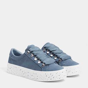 Coola & stilrena sneakers från Bershka. Knappt använda! Frakt tillkommer på 59kr!