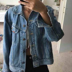Vintage Levis-jeansjacka, den klassiska modellen! Storlek står inte då den är köpt på Beyond Retro men jag är en storlek 34 och den är lite oversized för mig!