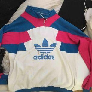 Riktigt vintage adidas tröja, tyvärr litet hål på bröstet (se bild). Storleken har nötts bort men skulle säga att den är runt storlek M.