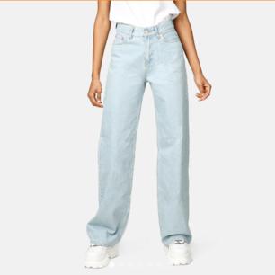 Helt oanvänd skitsnygga jeans från Junkyard. Storlek 29, passar mig som brukar ha XS. Dock tyvärr på tok för långa ben för mig (är 1,64) och hann inte skicka tillbaka:/ original pris 500kr så detta är ETT KAP!