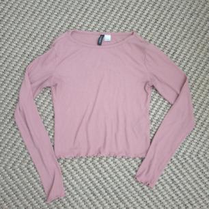 Rosa croppad och ribbad tröja i storlek s från H&M. Kan skickas annars finns i Malmö.