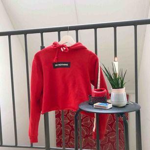 Najs röd cropped hoodie. 🌻Frakt tillkommer🦕 No refunds 🌻