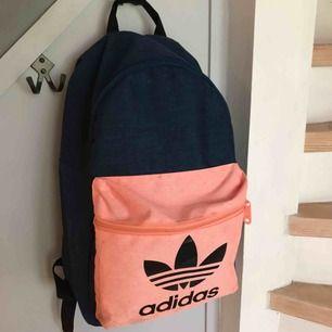 Ryggsäck från Adidas. Fint skick med enstaka små fläckar som jag inte skulle säga syns 🥰