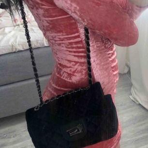 Väska i sammet, knappt använd. 80 inkl frakt:)