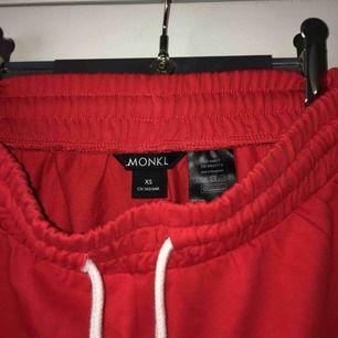 Säljer dessa oanvända mjukis shorts från Monki. Storlek XS.