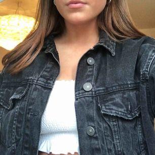 croppad svart oversized jeansjacka från bershka passar xs-m hör av dig om du vill ha fler bilder!!🤩
