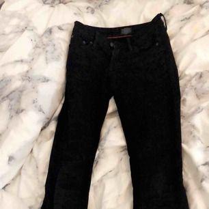Säljer svarta bootcut jeans ifrån crocker