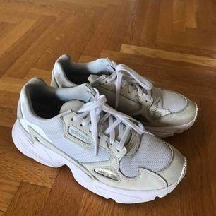 Säljer mina vita Adidas Falcon i storlek 38 2/3. Kan mötas upp i Lund eller köpare står för frakt :)