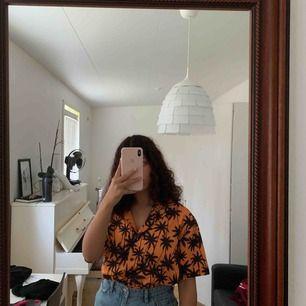 jättesnygg vintage-looking tröja från kendall & kylie. Inköpt i somras och använd 1 gång. Köpare står för frakt ✨ om fler är intresserade blir det budgivning ✨