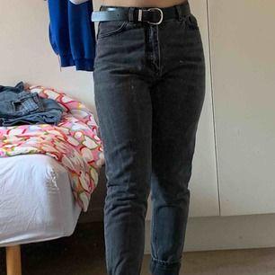 Monki high relaxed mom jeans. Köparen står för frakt