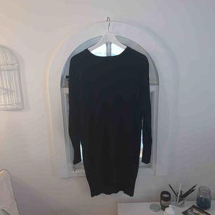 Jättefin stickad klänning från Lindex! Använd men i bra skick! Passar även M/L men fin oversized om man har S! Köparen står för frakt!:)
