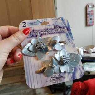Helt oanvända hårspännen med blå blommor på!  Jag säljer en del andra hårgrejer om du är intresserad;) Fraktar gärna🥰