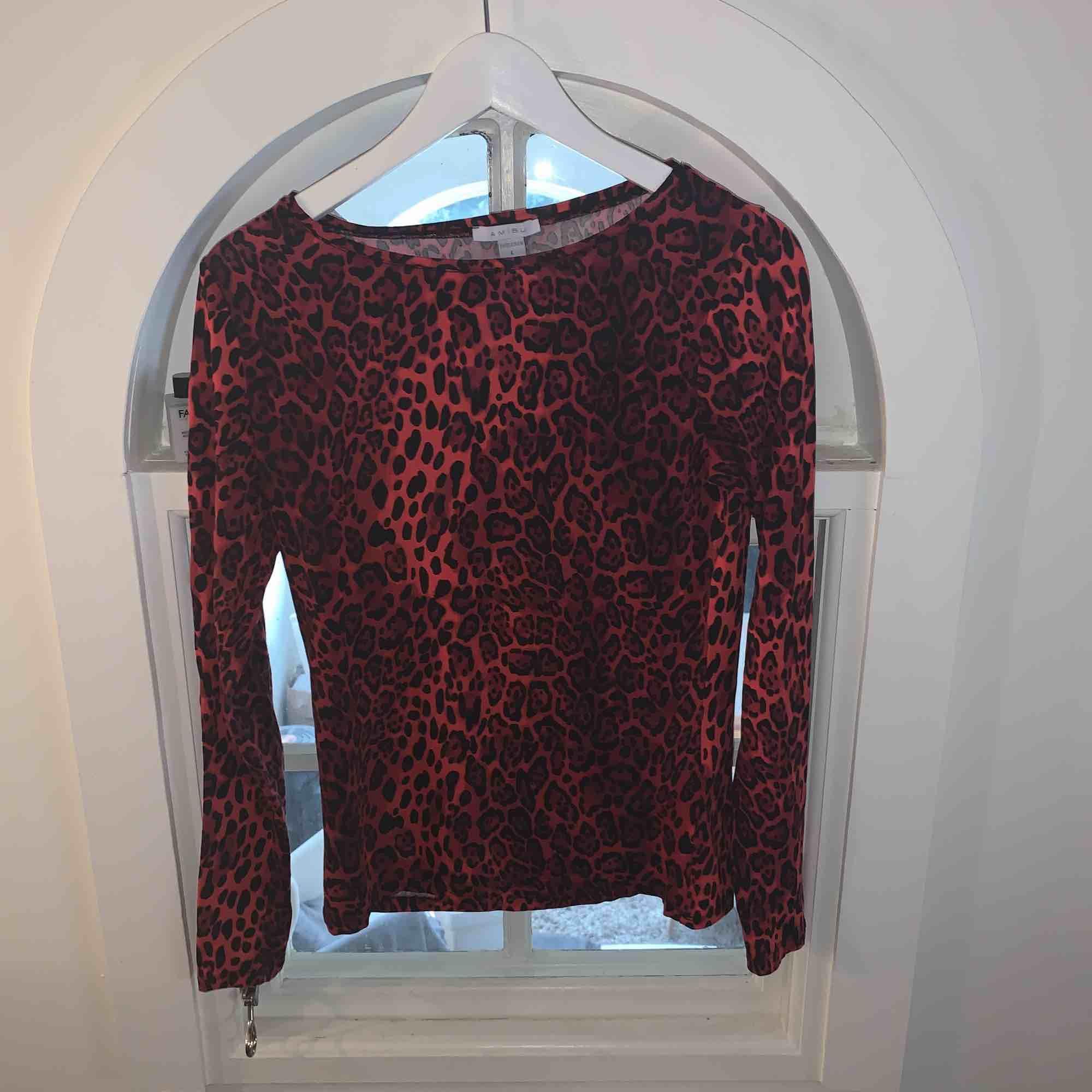 Supersnygg röd tröja med leopardmönster från new yorker! Säljes pga används aldrig, använd max 2ggr så väldigt bra skick!! Köparen står för frakt!!. T-shirts.