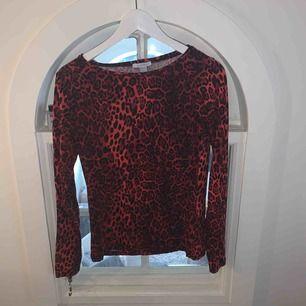 Supersnygg röd tröja med leopardmönster från new yorker! Säljes pga används aldrig, använd max 2ggr så väldigt bra skick!! Köparen står för frakt!!