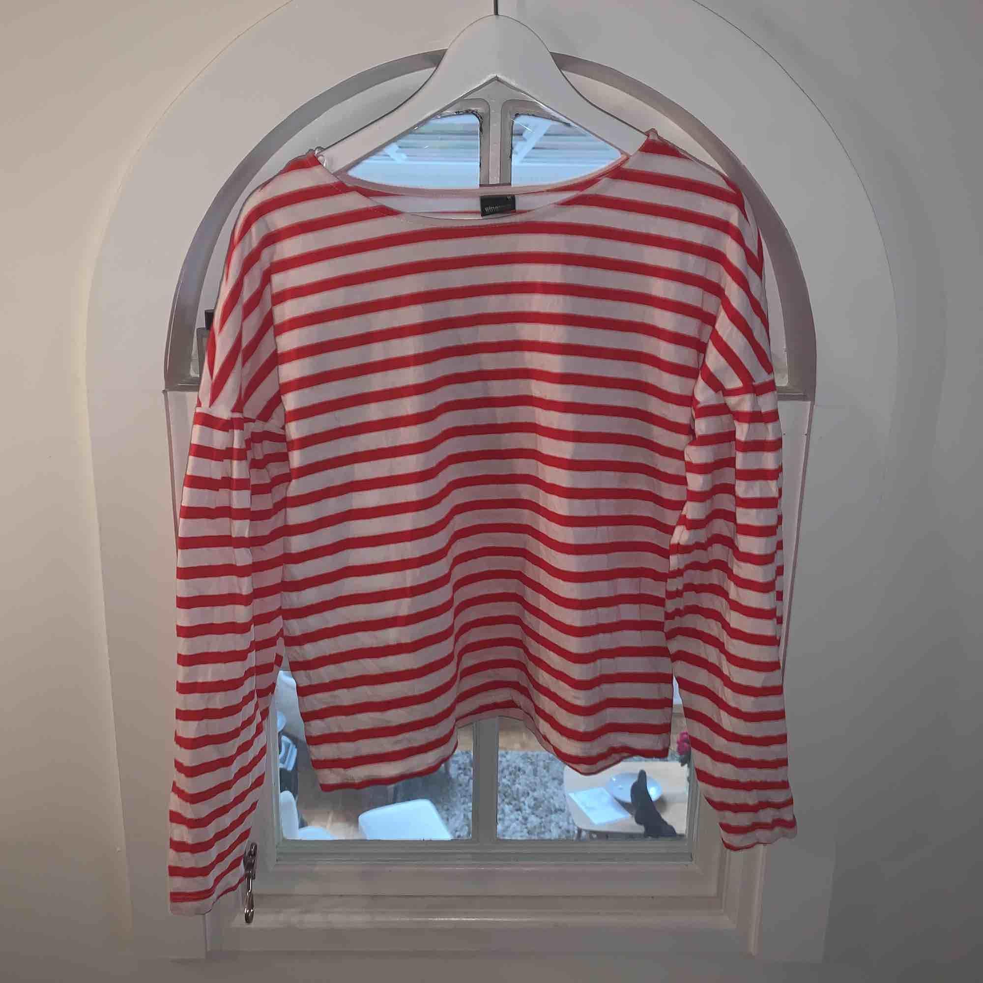 Jättegullig röd&vitrandig tröja med ballongärm från Gina! Använd fåtal gånger. Bra skick! Köparen står för frakten:). T-shirts.
