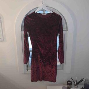 Ursnygg sammetsklänning från Nelly!! Använd max 2 gånger! Väldigt bra skick!
