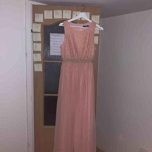 Fin rosa långklänning med gulddetaljer från boohoo, strl 40 men skulle säga att den är mer åt 38! Använd en gång! Lagom lång för mig som är 1.70. Köparen står för frakt:)
