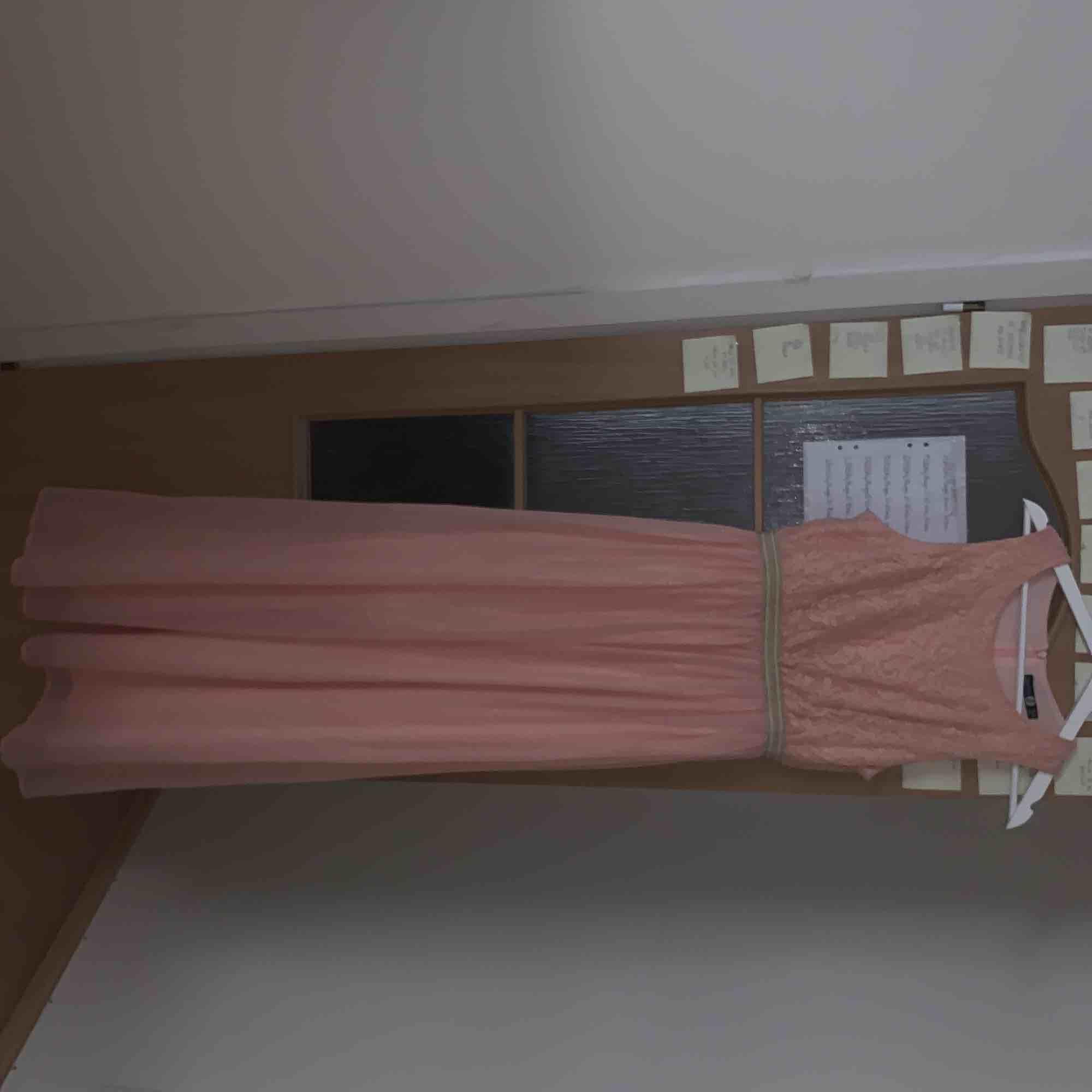 Fin rosa långklänning med gulddetaljer från boohoo, strl 40 men skulle säga att den är mer åt 38! Använd en gång! Lagom lång för mig som är 1.70. Köparen står för frakt:). Klänningar.