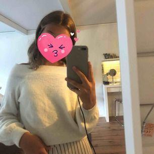 Super fin vit stickad off shoulder tröja!! Perfekt nu till hösten, använd några gånger men i väldigt fint skick! (+frakt)💓