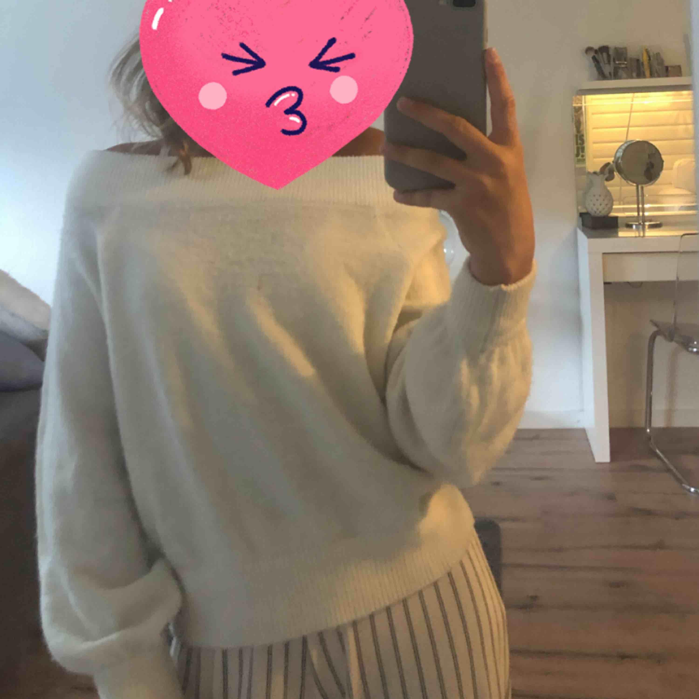Super fin vit stickad off shoulder tröja!! Perfekt nu till hösten, använd några gånger men i väldigt fint skick! (+frakt)💓. Stickat.
