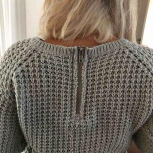 Grå stickad tröja med dragkedje detalj på ryggen! Superskönt och ej stickigt material