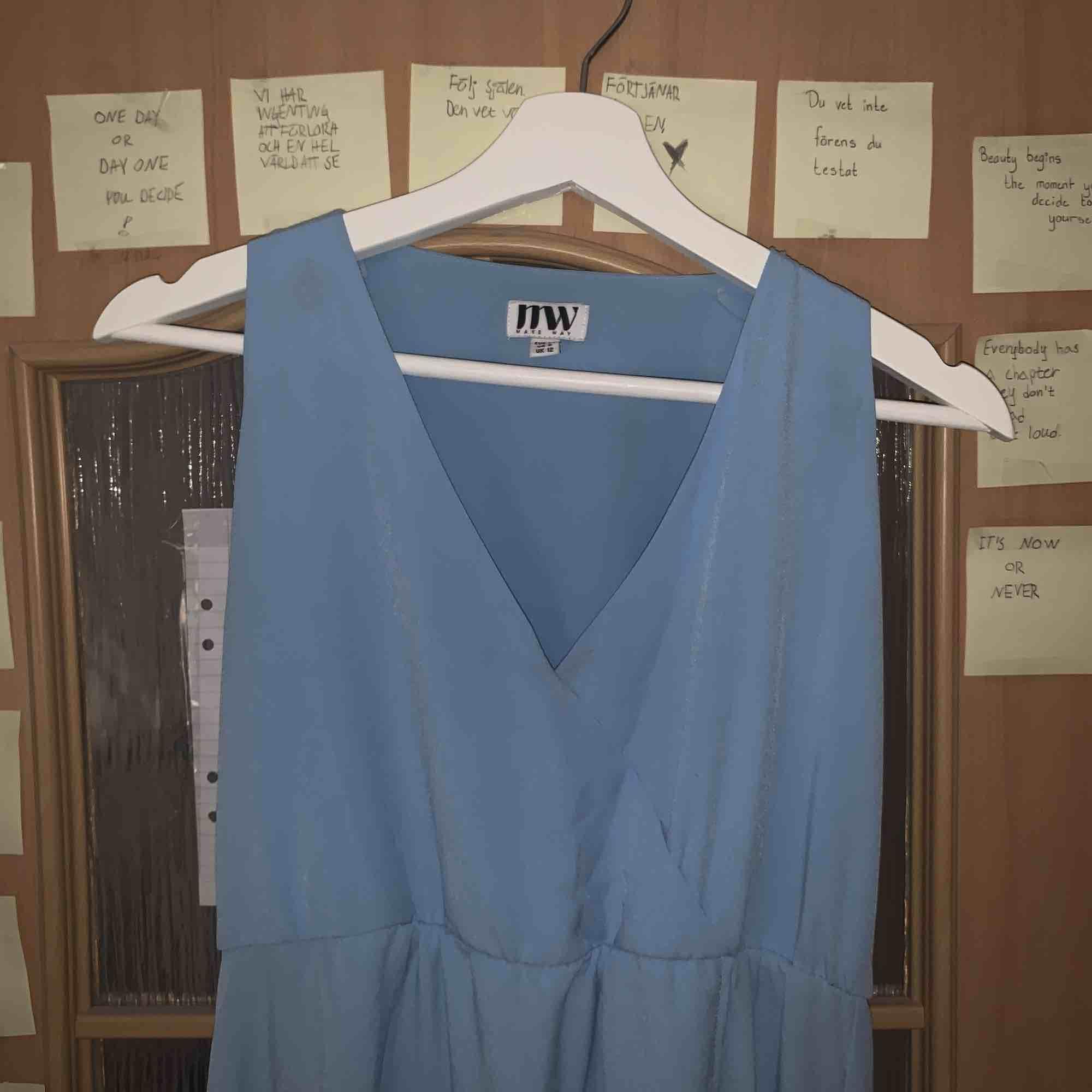 Superfin blå långklänning Strl 38! Lite uppsydd vid axlarna pga urringningen även lite ihopsydd vid urringningen. Kunde ha lite klack och den var lagom lång då, är 1.70. köparen står för frakt:). Klänningar.