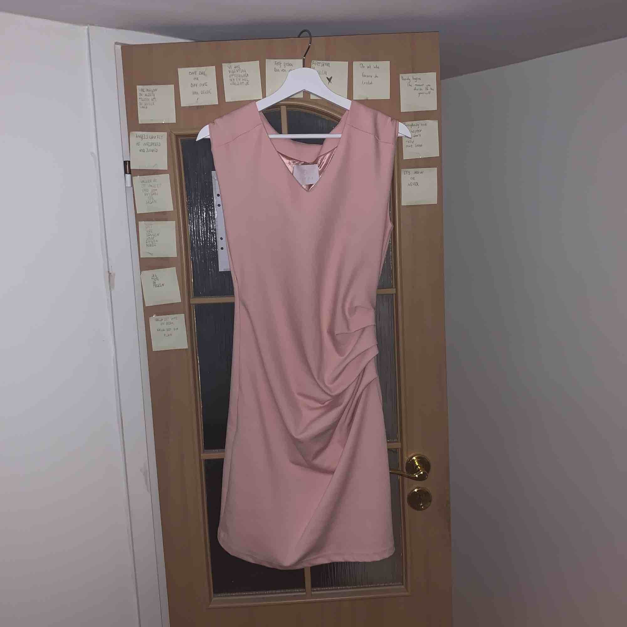 Fin rosa klänning som aldrig är använd! Köparen står för frakt:). Klänningar.