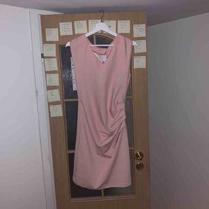Fin rosa klänning som aldrig är använd! Köparen står för frakt:)