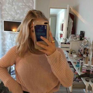 (Förlåt för stökigt rum) skitfin stickad tröja i en ljusrosa färg. Färgen syns inte jättebra på bilderna så skriv privat för fler bilder