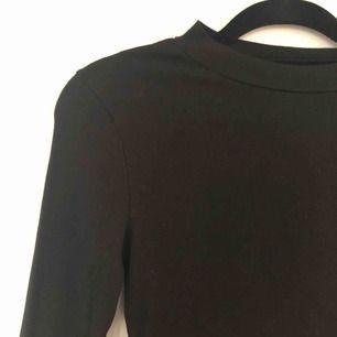 Återförsäljer ribbad klänning från H&M. I fint begagnat skick. Köpt här på Plick men var tyvärr för stor för mig:/ Kontakta gärna om du har några frågor eller för fler bilder✨  Köparen står för frakten💕