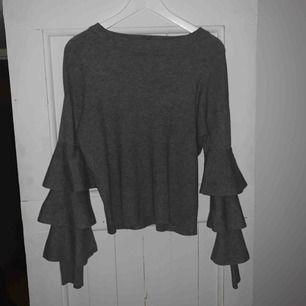 Jättefin stickad tröja med volangärmar, köpt i Italien! Gör sig inte riktigt rättvis på bild dock.. står ingen storlek men passar mig som vanligtvis har M/L. Köparen står för frakt:)