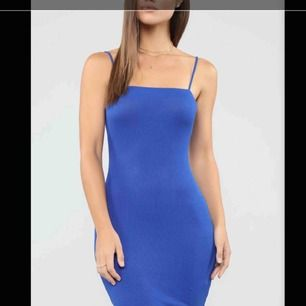Blåa Klänning från Fashion Nova strl S (sista bilden är bild på hur den sitter på)
