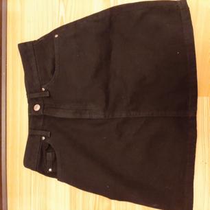 Svart jeans kjol från h&m. Köpt för 2 månader sen men aldrig använd💓 st Xs-32 på kjolen men Storlek S funkar också!  Väldigt fin och i toppen skick. Köptes för 249 :- Frakten betalas av köparen