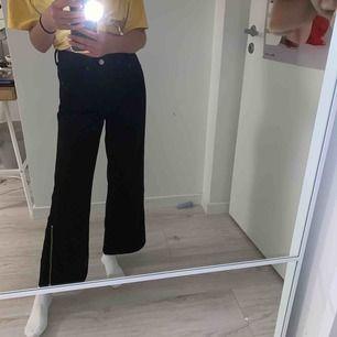 """Säljer dessa sjukt snygga svarta """"culotte"""" jeans från hm. Så sköna men får tyvärr ingen användning av dem så känner att dem borde få ett bättre hem. Frakt tillkommer ❤️"""