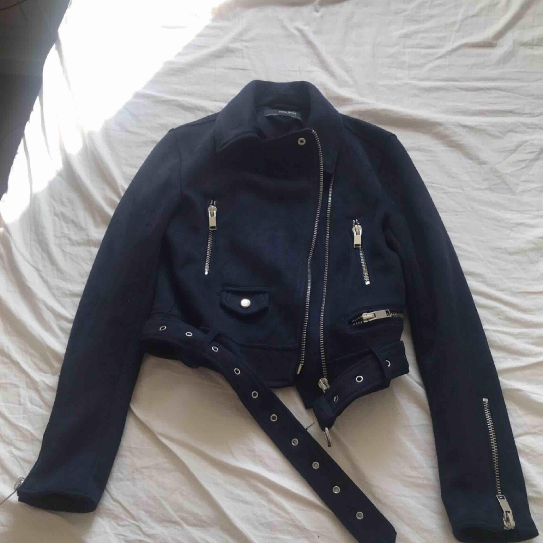Marinblå mockajacka från Zara . Jackor.