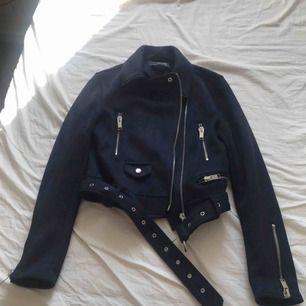 Marinblå mockajacka från Zara
