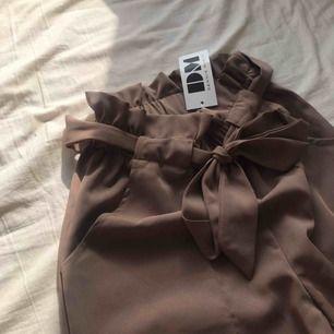 DM Retro kostymbyxor inköpt för 499kr med prislapp kvar, aldrig använda