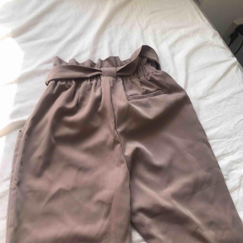 DM Retro kostymbyxor inköpt för 499kr med prislapp kvar, aldrig använda. Jeans & Byxor.