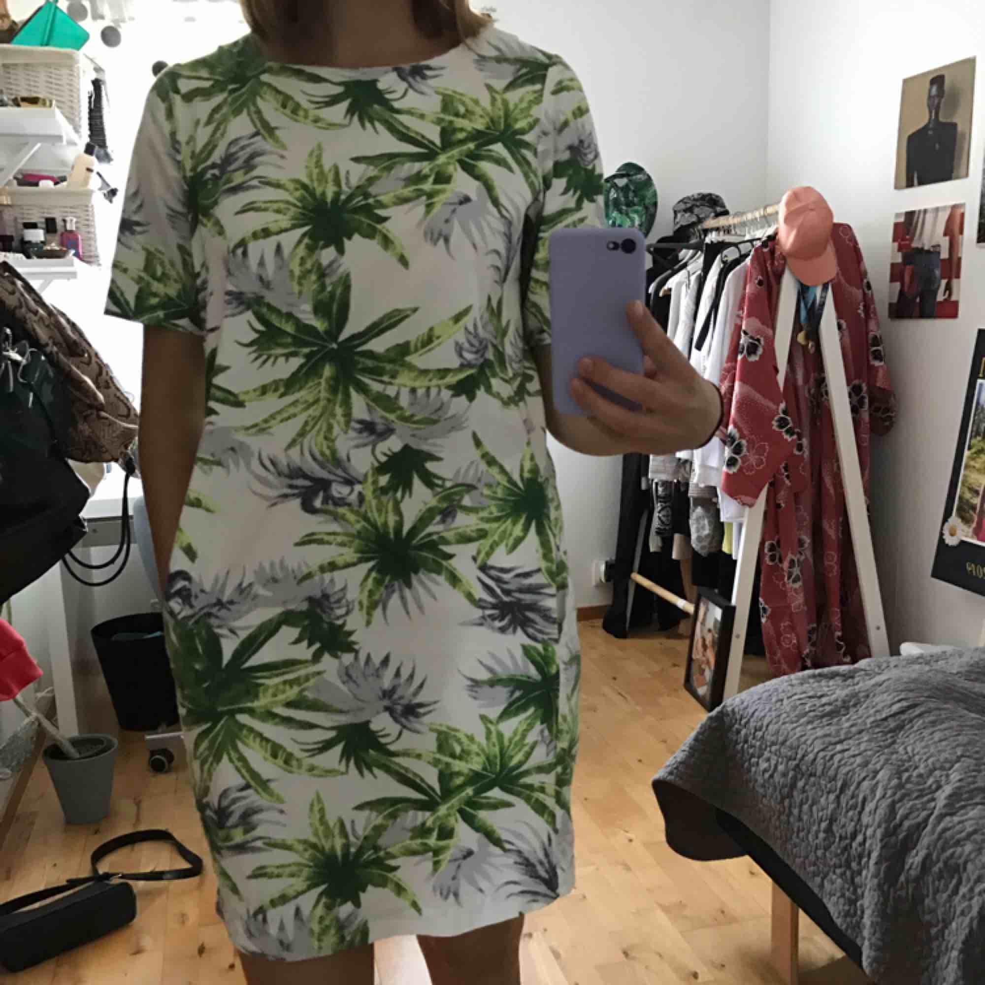 Blommig t-shirtklänning med fickor! Väldigt bra skick, och endast använd ett fåtal gånger❤️ köparen står för frakten . Klänningar.