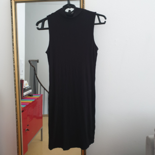 LBD svart ribbad polo klänning i storlek s svart. 86cm i längd. Kan skickas annars finns i Malmö