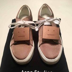 Acne Studios Adriana Sneakers Använda en gång och säljer då jag tyvärr vid första användning kände att de är för små. Inprincip i nyskick så med rätt storlek är de ett fantastiskt fynd. Hoppas de kan göra någon annan glad. Orginalpåsar medföljer.