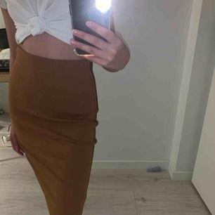 Jättefin beige kjol från New yorker. Aldrig använd då det inte är min stil. Liten slits bak på kjolen. Frakt tillkommer 🌟