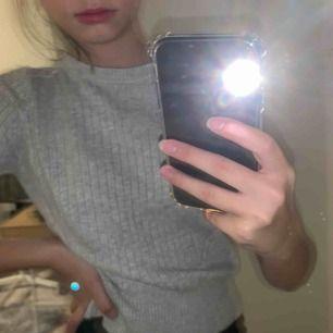 Snygg ribbad tshirt från Gina tricot. Aldrig använt då det int rör min stil alls. Dock sååå skön😍 frakt tillkommer