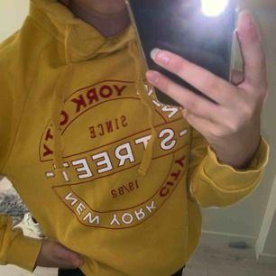 Skön hoodie från Gina. Använd några gåner. Stor i storleken, frakt tillkommer ♥️