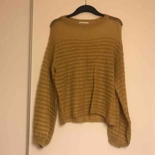 Fin och oanvänd stickad tröja (gissningsvis i mohair) från Wera, Åhléns. Mer gul i färgen än vad som visas på bild.