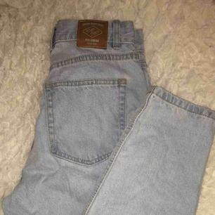 Skit snygga jeans från Pull&Bear som sitter sjukt bra på, man får jättebra röv i dessa!!🥵🥵⚡️ Säljes pga har dubbletter! Frakt tillkommer💌
