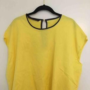 Svin ball tröja från Zara i en neon gul färg med en läder kant upptill som snygg detalj⚡️ Är stl L sitter snyggt oversized på mig som är XS/S, men funkar för M/L också givetvis!!💛Snygg att styla med bälte/skärp/kedja i midjan🌻